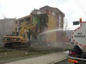 Can ve mal güvenliğini tehdit eden metruk binalar yıkılıyor
