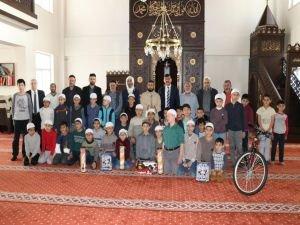 Günün güzel haberi! Camiye giden çocuklar ödüllendirildi