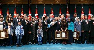 Cumhurbaşkanı Erdoğan: Hep birlikte dik durmalıyız