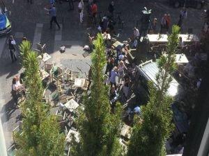 Almanya'da araç kalabalığa daldı: Ölü ve yaralılar var