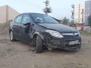 Kaza yapan otomobil yol dışına savruldu