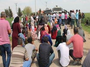 Mardin'de çiftçiler yolu kapatarak DEDAŞ ekibini köye almadı