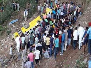 Hindistan'da okul otobüsü uçuruma yuvarlandı: 27 ölü