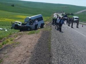 Diyarbakır'da kaza: 2 ölü 13 yaralı