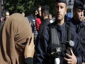 Fransa polisi Müslüman bir kadını peçeli olduğu için yere yatırarak darp etti