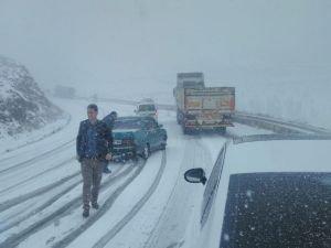 Kar yağışı nedeniyle sürücüler mahsur kaldı