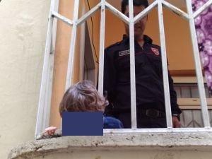 Başı parmaklıklara sıkışan çocuğu itfaiyeciler kurtardı