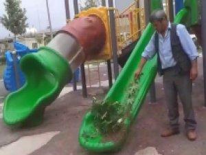 Arılar çocuk parkını bastı