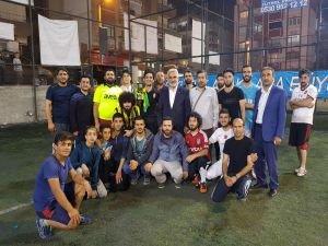 Yapıcıoğlu turnuva şampiyonu takıma kupayı takdim etti