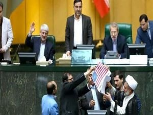 İran Meclisinde ABD bayrağı yakıldı