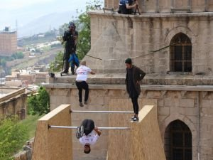 Mardin'de tarihi yapılar akrobatik gösterilere sahne oldu