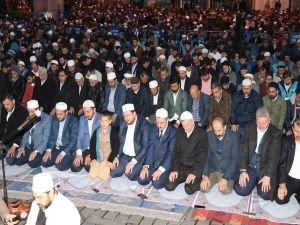 Ayasofya önünde namaz kılıp dua ettiler