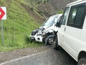 Freni tutmayan minibüs karşıdan gelen araca çarptı