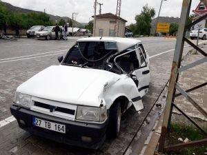 Tren otomobile çarptı: 2 yaralı
