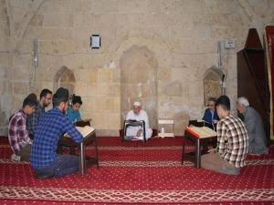 Asırlık camide mukabele sünneti ifa ediliyor