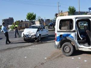 Siverek'te polis aracı trafik kazası yaptı: 3 yaralı