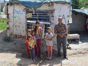 Tek odada yaşayan 14 nüfuslu aile yardım bekliyor