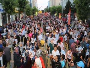 Uşak Belediyesi Türkiye'nin en büyük iftar sofrasını açtı