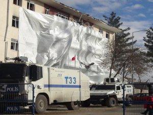 Çınar'daki bombalı saldırının enkazı kaldırılıyor