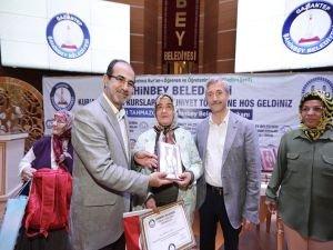 Kur'an-ı Kerim okumayı öğrenen kadınlara sertifika verildi