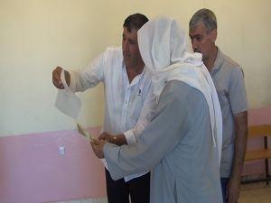 Seçmeni HDP'ye oy vermeye yönlendiren muhtar kameraya yansıdı