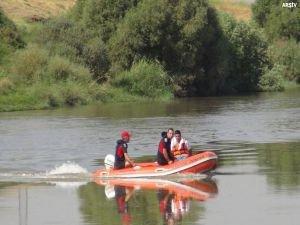 Nehre giren 3 öğrenci boğuldu, bir kişi de kayıp