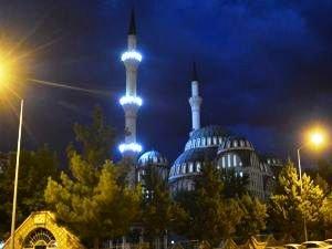 90 bin camide eş zamanlı olarak sela okundu