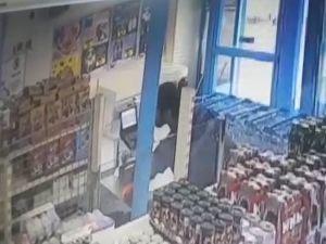 Müşteri kılığında girip kasiyerin telefonunu çaldı