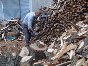 30 yıldır geçimini odun kırarak sağlıyor