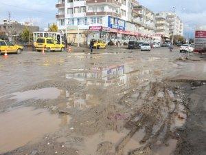 Kahta Devlet Hastanesinin girişi çamurdan geçilmiyor