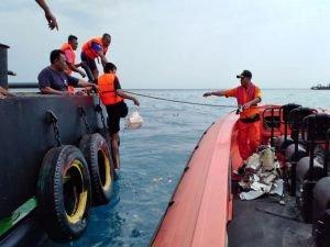 Endonezya'da düşen uçağın enkazında 24 kişinin cesedine ulaşıldı