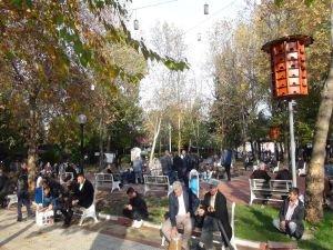Güzel havayı fırsat bilen vatandaşlar günü park ve bahçelerde geçirdi