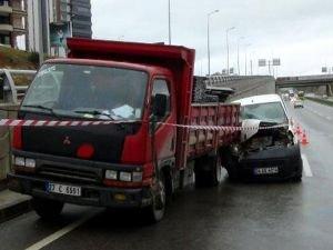 Mermer yükü kamyonet ile hafif ticari araç çarpıştı