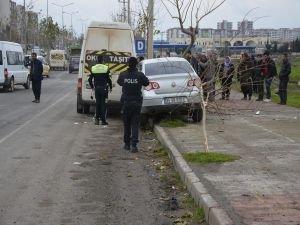 Öğrencilere otomobil çarptı