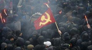 Fransız öğrenciler mesai saatlerinin kesilmesini protesto etti