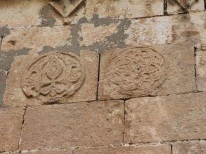 Sağanak yağışın yıktığı duvarların arkasında tarih çıktı