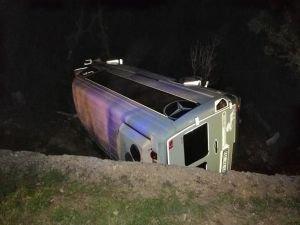Adıyaman'da minibüs devrildi: 13 yaralı
