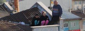 Çaresizlikten çocuklarıyla çatıya çıkıp intihara kalkıştı