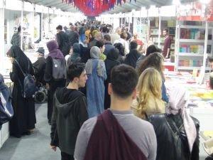 Sultanahmet'te açılan kitap fuarına yoğun ilgi