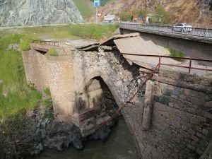 Yıkılma tehlikesi olan köprü trafiğe kapatıldı