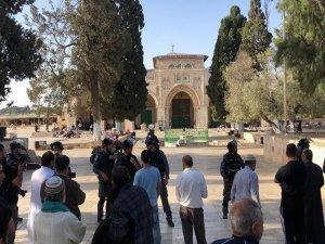 İşgalci çeteler Mescid-i Aksa'da itikaftaki cemaate saldırdı