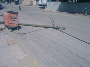 Cadde'ye devrilen direk saatlerce yol ortasında kaldı