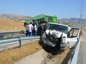 Minibüs saman yüklü traktöre çarptı: 6 yaralı