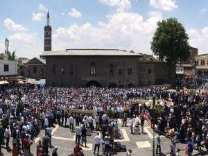 Diyarbakır Mursi için ayakta!