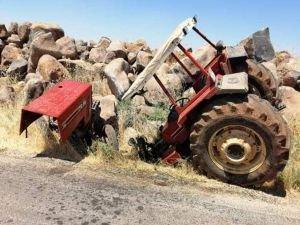 Kaza yapan traktör ikiye bölündü