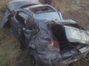 0tomobil şarampole yuvarlandı: Bir ölü bir yaralı