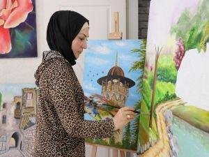 Çizdiği resimlerle ülkesine olan özlemini dindiriyor
