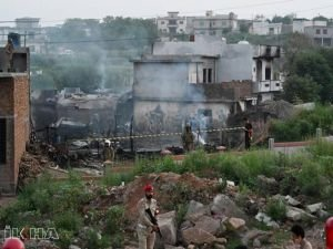 Pakistan'da askeri uçak evlerin üzerine düştü: 17 ölü