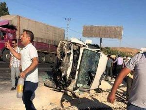 Yolcu otobüsü ile otomobil çarpıştı: 3 ölü 12 yaralı