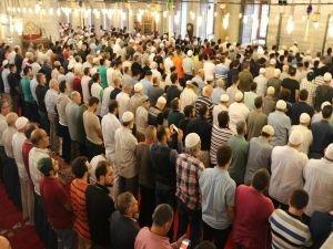 İstanbul'da bayram sevinci kılınan namazla başladı
